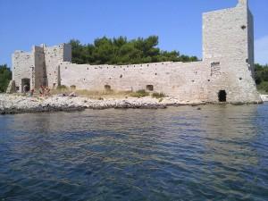 Wyspa Vir w Chorwacji - widok na ruiny zamku