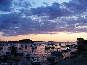 Wyspa Hvar w Chorwacji - widok na port